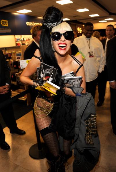 Леди Гага (Lady Gaga) Купила несколько копий своего альбома
