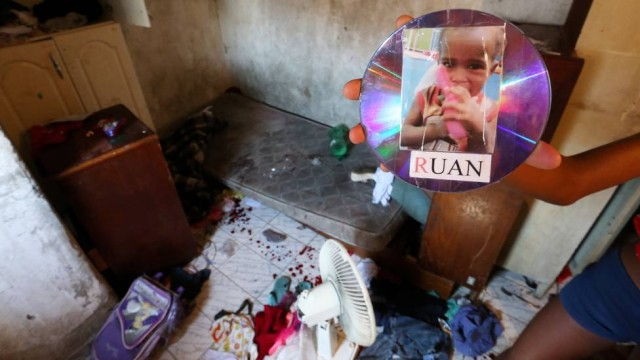 Menino de dois anos é morto dentro de casa por uma bala perdida