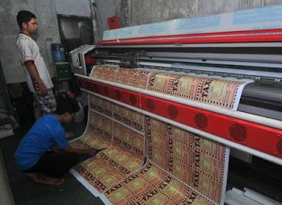 USAHA CETAK : Dalam sehari, Raya Printing rata-rata menerima orderan produk dari 20 – 30 orang. Sebuah bisnis yang cukup menggiurkan dengan laba relatif besar, terlebih di musim pilkada dan pileg. FOTO HARYADI/PONTIANAKPOST ketika