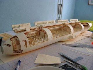 Model Boeing 777 Diperbuat Dari Kertas Oleh Seorang Pelajar Sekolah