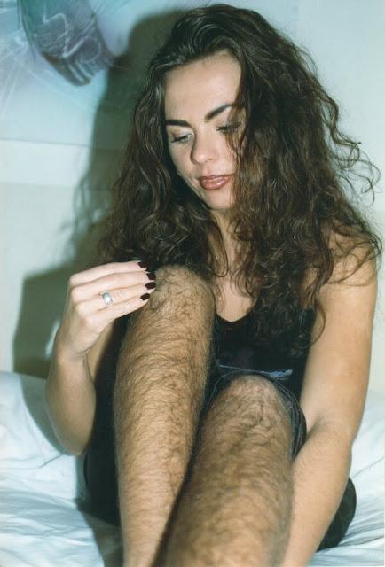 Frau mit Haaren an den Beinen