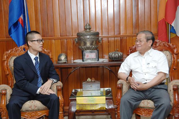 Mo Qing Qing, directeur général de Cambodia Digital TV et SE Khieu Kanharith, ministre de l'Information. Photo: Hun Yuthkun