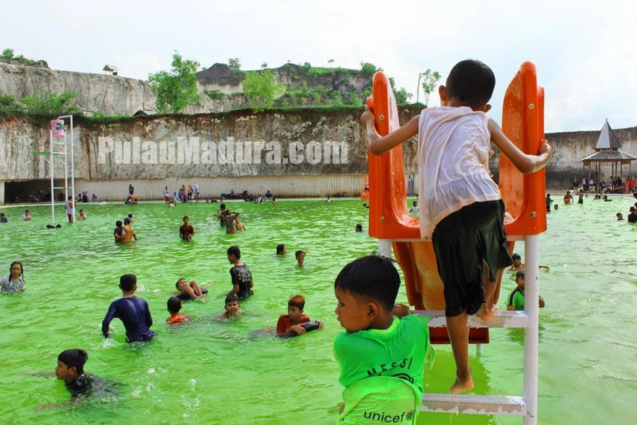 anak anak bermain di perosotan kolam renang jaddih batu kapur