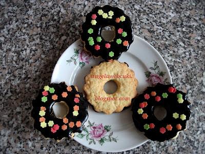 Vaníliás gyűrű recept, tejmentes süteményt, vanília ízű tésztával és csokoládémázzal lekenve.