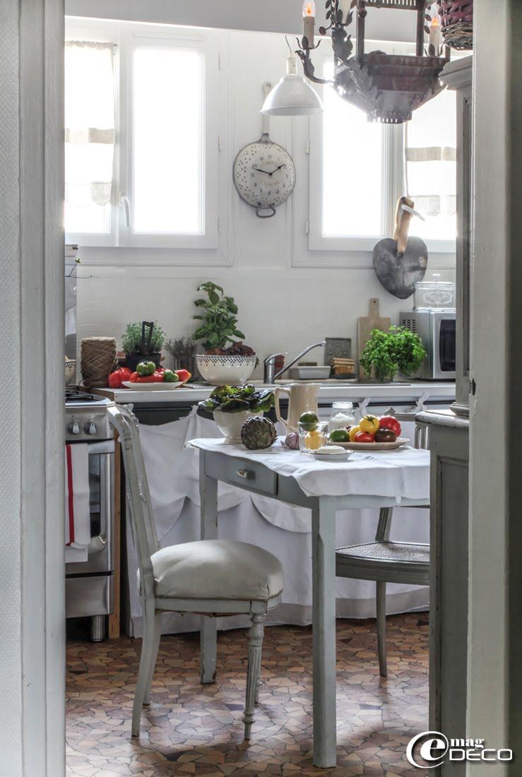 La cuisine de Bénédicte Patin dans son appartement de la banlieue de Paris est décorée dans un esprit campagne