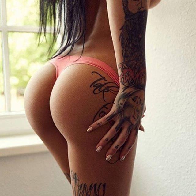 Le string rose ça passe bien avec Les fesses tatouer