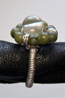 Pierścionek wire-wrapping ozdobiony kamieniami naturalnymi: agat i chalcedon