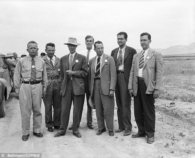 manhattan project scientists From 1942 to 1945, us scientists worked on a secret program called the  manhattan project learn how this led to the invention of the atomic.