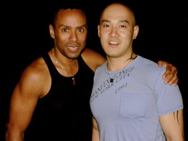 O pastor gay malasiano Oastor Ouyang Wen Feng (à dir.), um dos maiores defendores dos direitos LGBT no país, ao lado de seu noivo, o americano Phineas Newborn III, em foto de arquivo (Foto: Reuters)