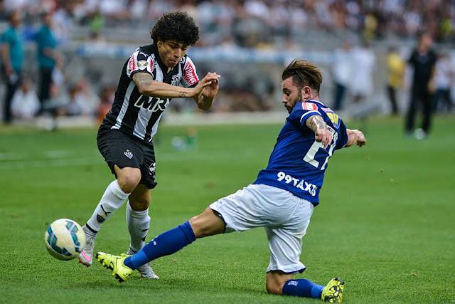 Mena foi expulso no segundo tempo e dificultou jogo (Foto: Washington Alves/Lightpress)