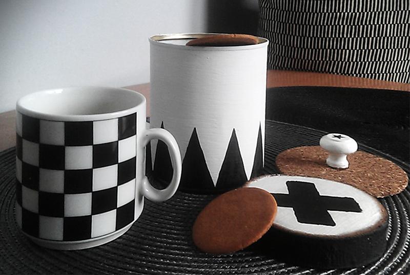 DIY z puszki, czarno białe dodatki do domu, kubek w kratkę