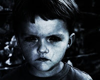 niño con los ojos negros