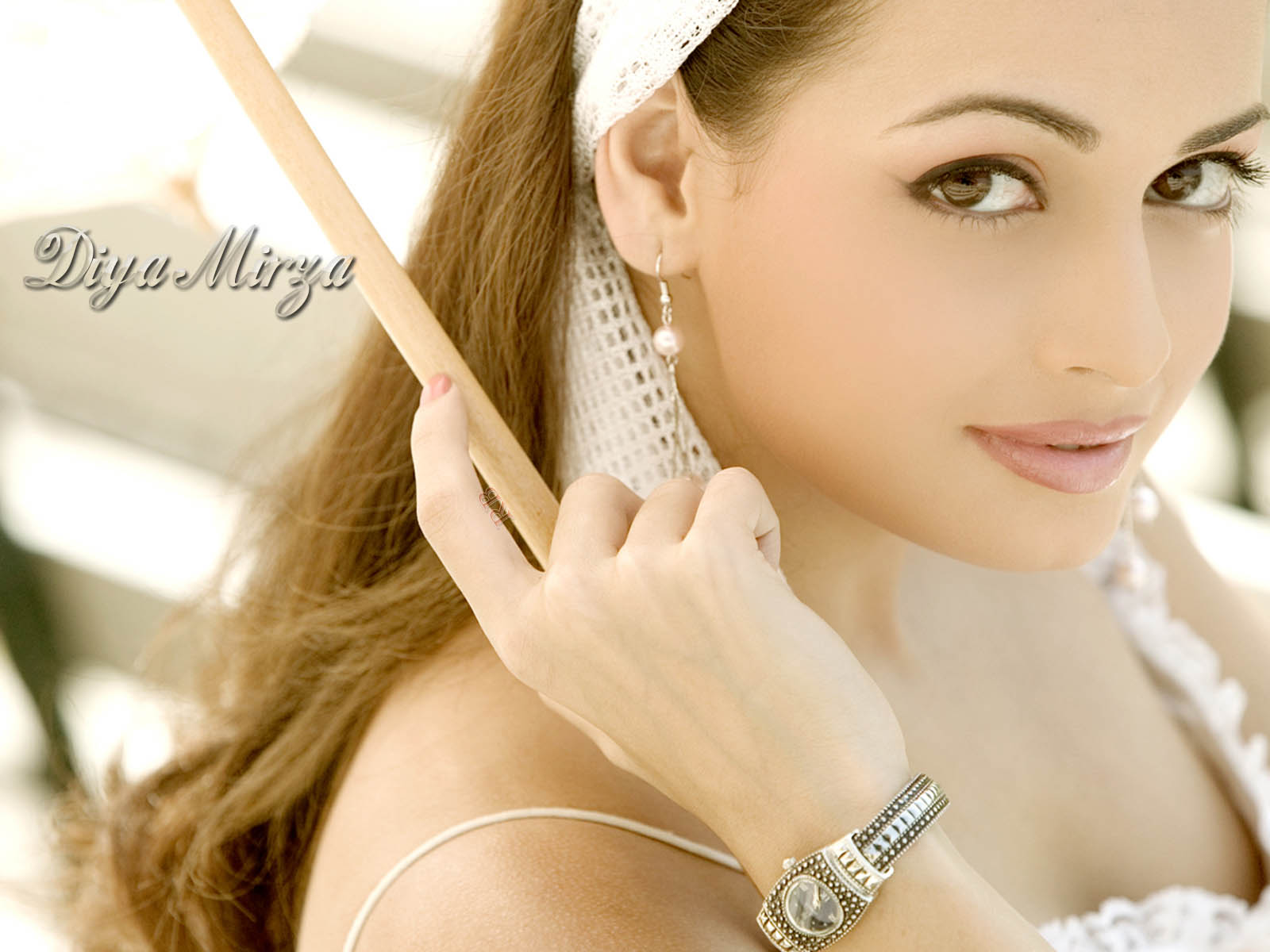 http://3.bp.blogspot.com/-uwi1bwk0z8Y/TuR7UdOD4yI/AAAAAAAAAkg/8nSaZHnmDSE/s1600/Bollywood-actress_diya_mirza_hot_close_up_wallpaper.jpg