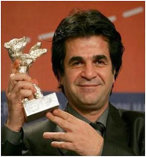 Panahi, con el Oso de Oro que logró en el Festival de Cine de Berlín de 2006 por Offside