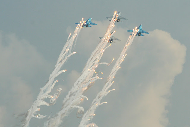 Su-27 Flanker formation flare