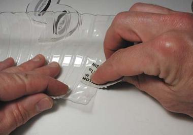 Gambar: Berikan glue/lem pada tepi dalam Botol Air Mineral.