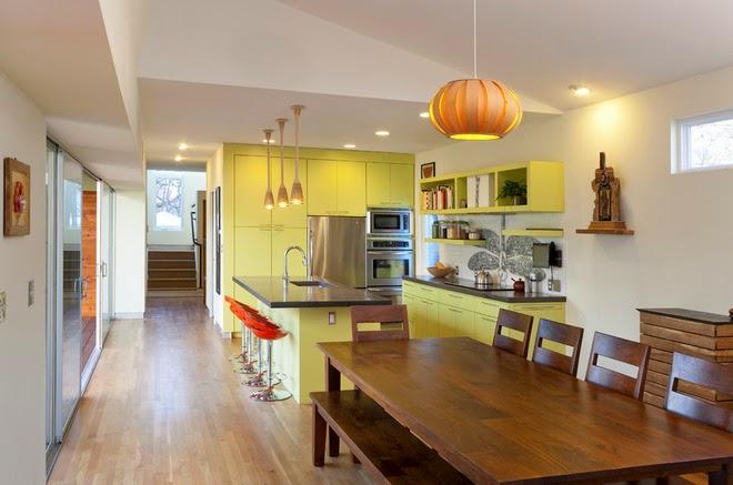 Hệ tủ kệ bếp màu vàng chang sẽ lan toả sắc nắng vàng vào căn bếp.