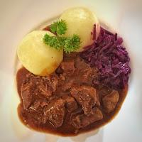 Gulasch mit Thüringer Hüts (Knödeln) und Rotkohl