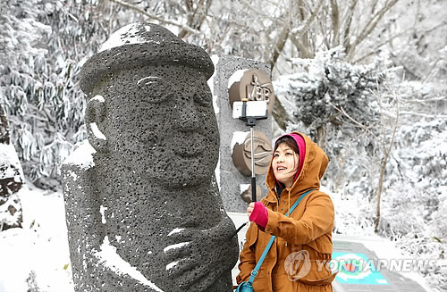 Dolhareuban con nieve en la montaña Hallasan de Jeju