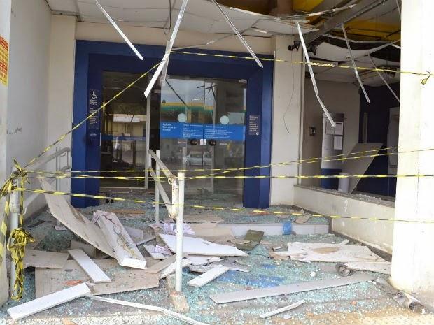 A estrutura da agência da Caixa Econômica Federal ficou comprometida por conta da explosão (Foto: Genebaldo Correia dos Santos/ site: Berimbau Notícias)