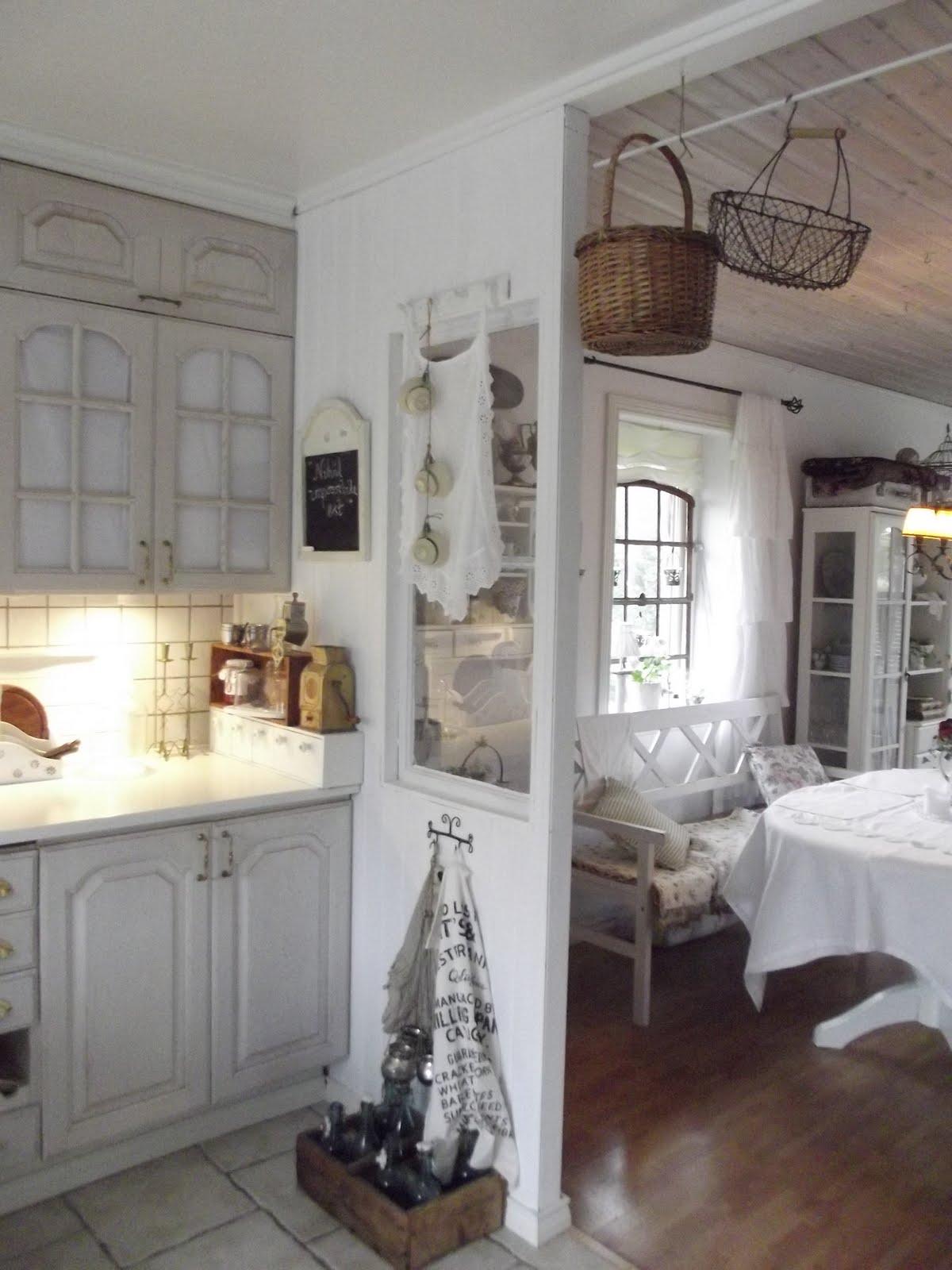e bastato si fa per dire ridipingere le ante della cucina per cambiare completamente aspetto non solo al locale ma anche allintera casa