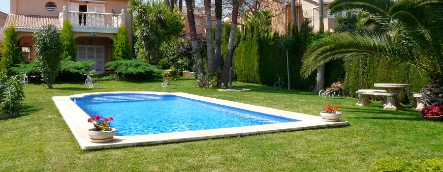 La decoraci n de jardines con piscinas estanques y for Alberca con jardin
