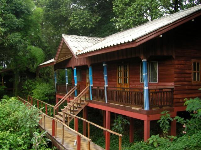 Bugallow gỗ ở resort Tad Fane có view nhìn thẳng tới thác nước Tad Fan