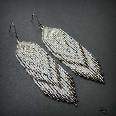 Нежные серьги из бисера (белые с серебристым)