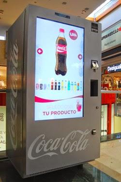 máquina vending con pantalla de digital signage