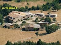 Aproximació fotogràfica a la masia Viladavall des de la cinglera del Puig Fabregar