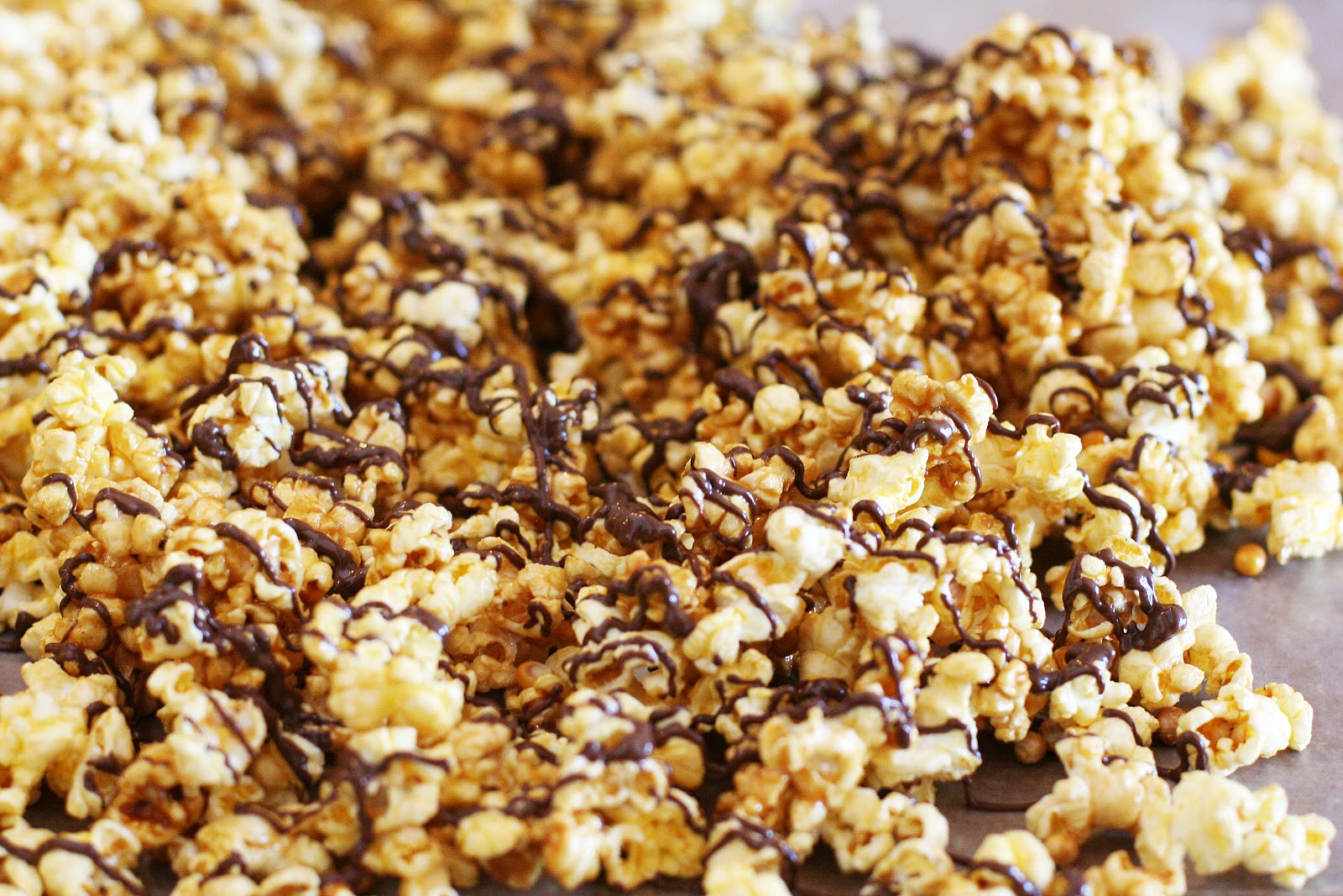 SUPER easy chocolate drizzled microwave caramel popcorn - Eighteen25