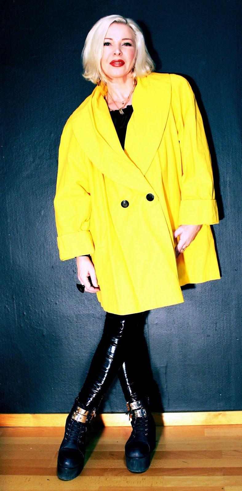 4a9fb3940bf Denna gula kappa hänger fortfarande i min garderob - för evigt. Den är på  något sätt symbol för friheten, från tiden då man äntligen fick uttrycka  sig!!