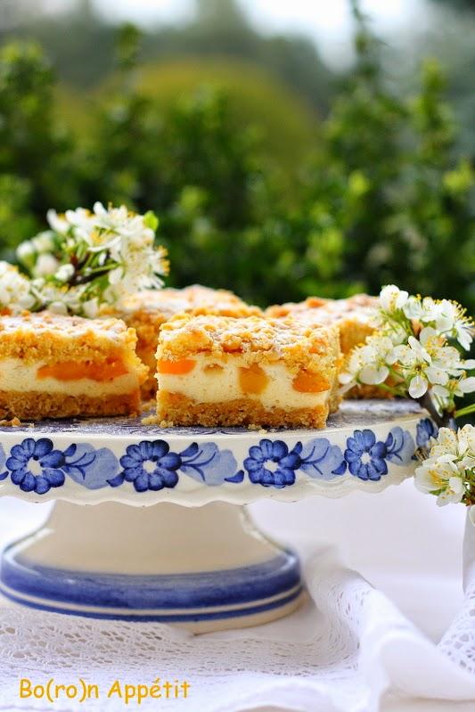 Kruche ciasto z brzoskwiniami i budyniową pianką