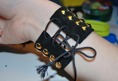 Bracelete de couro com tachinhas pronto