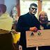 Stephen Amell e Stardust entregam cheque a casa de caridade