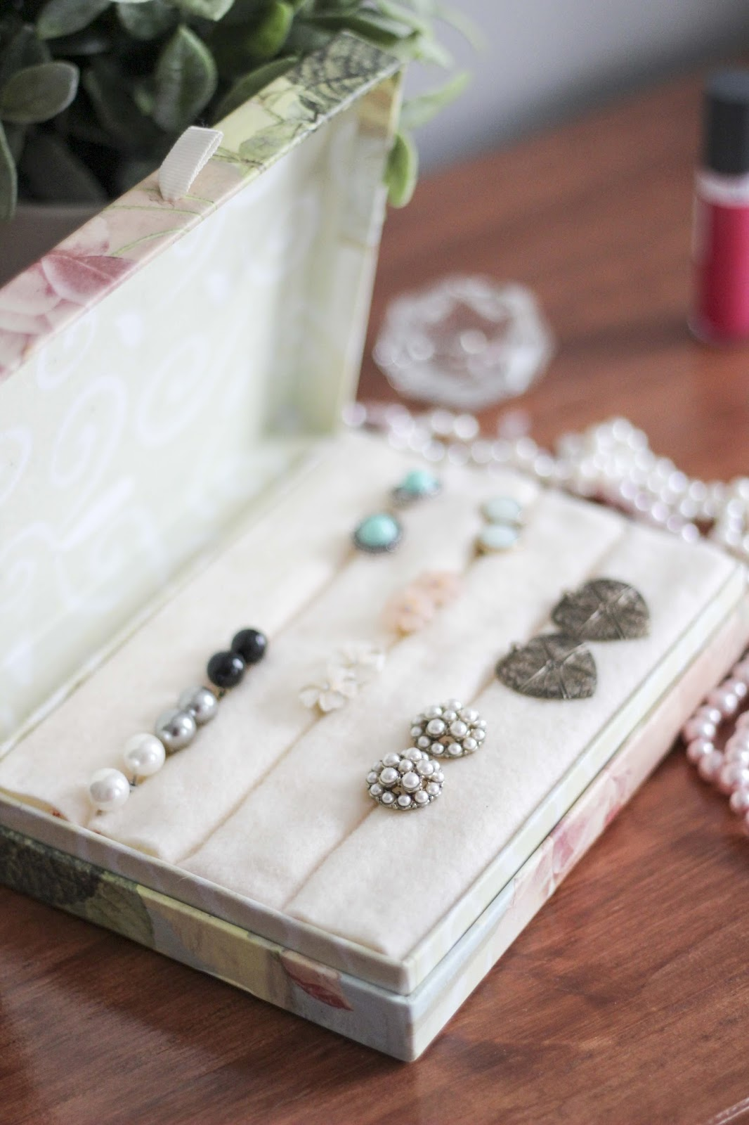 DIY Earring & Jewelry Box | Confetti Dots Blog | http://www.confettidots.blogspot.com