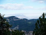 Corbera i al seu darrere Montserrat, des del mirador del Puig Montmany