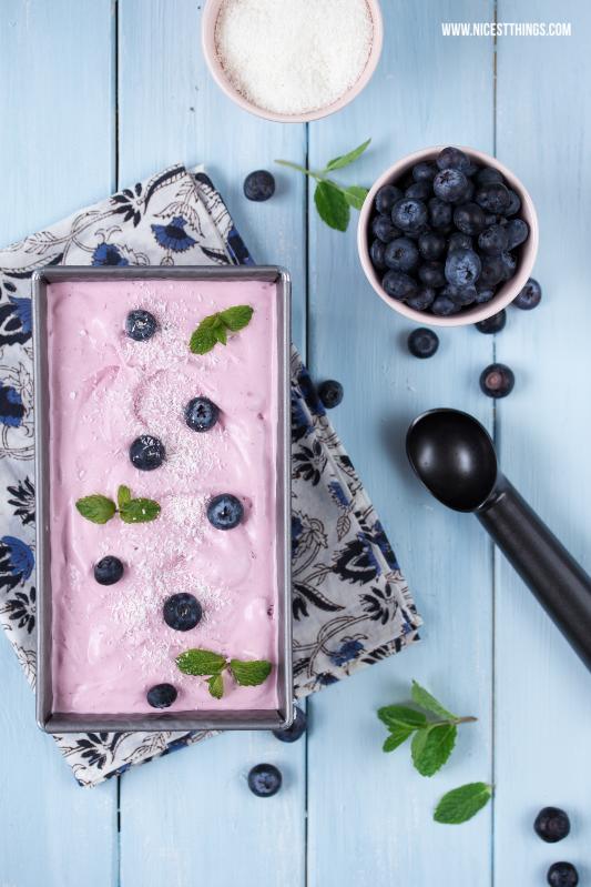 Food Fotografie und Foodstyling: Heidelbeer-Kokos-Eiscreme, hellblauer Untergrund