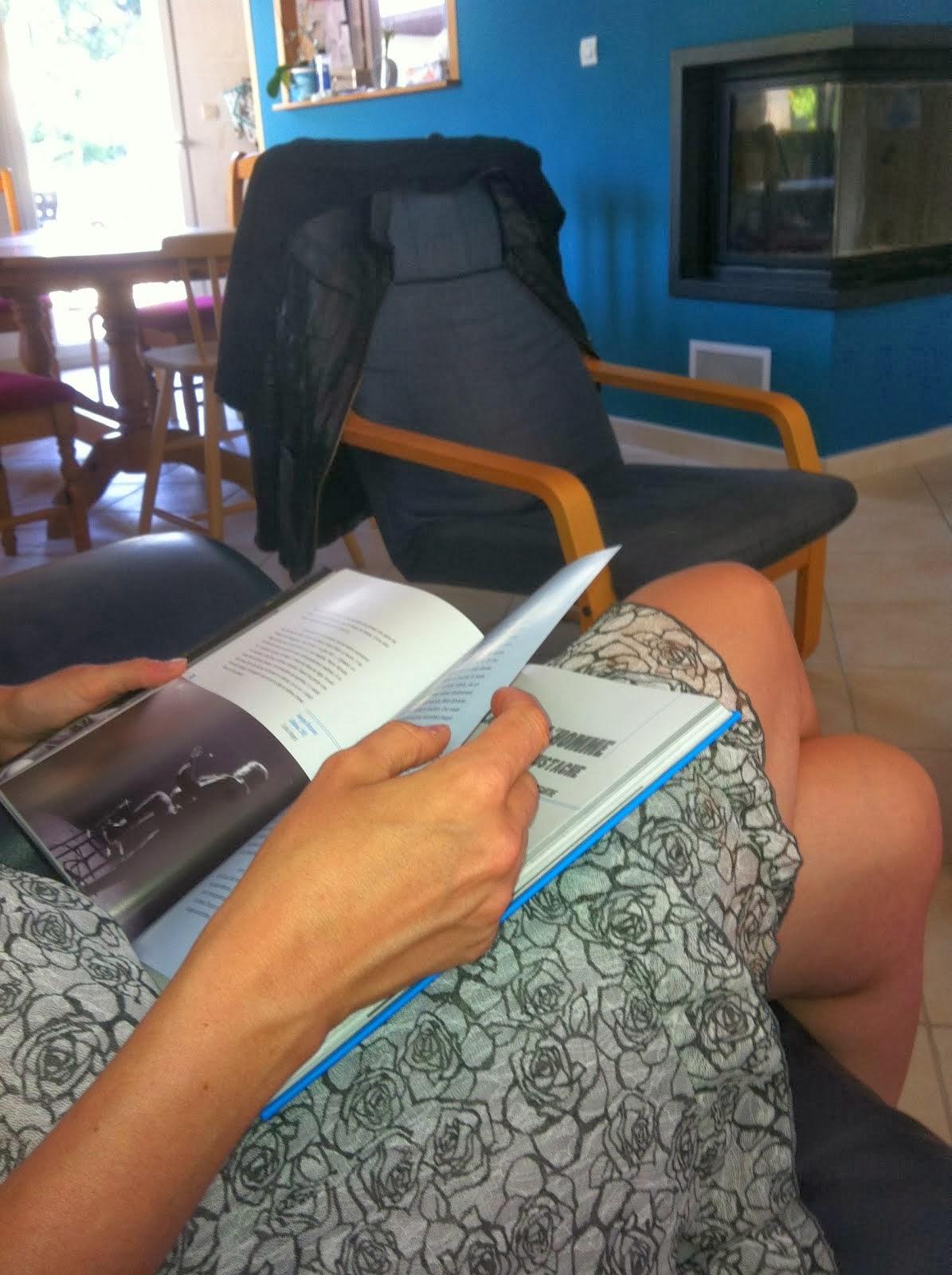 Elle lisant encore