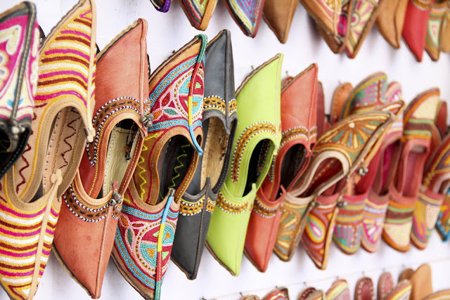 jutti shoes, indian handmade shows, embroidered ethnic shoes, aladin shoes, street stall india, rajasthan shopping