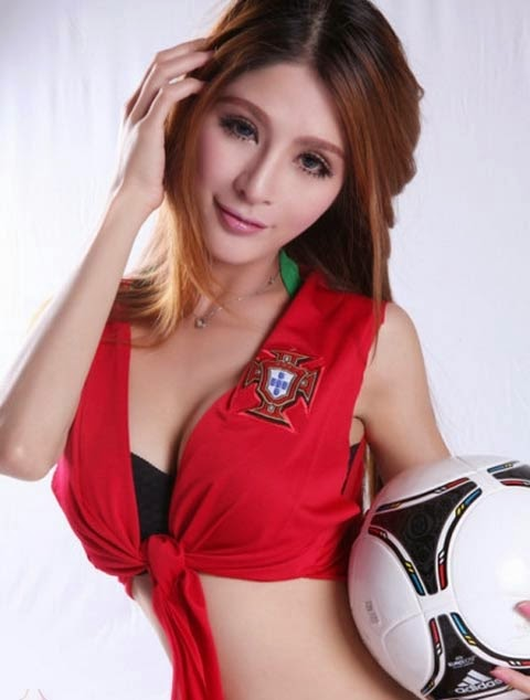 Fan nữ cuồn bóng đá