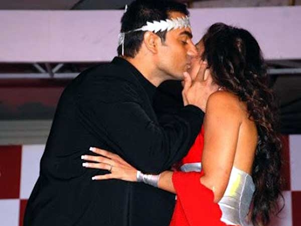 Arbaaz khan kissing - (2) - Celebreties kissing !!! Caught on camera
