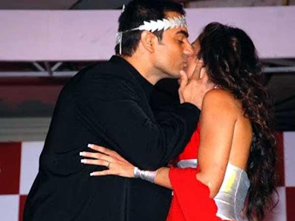 Arbaaz khan kissing - (2) - Celebreties kissing !!! Caught on camera
