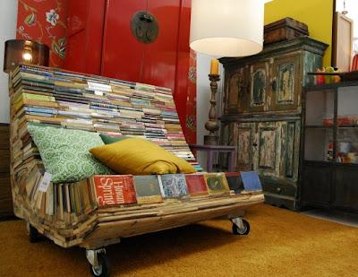 sillón con libros y madera