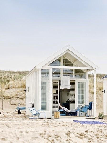 Domek skandynawski na plaży w tle z wydmami