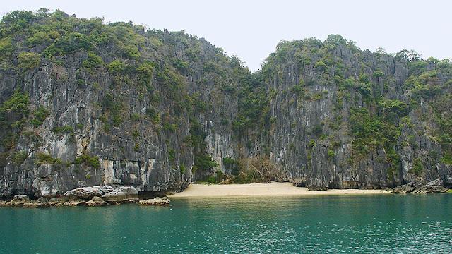 Petite plage sur la baie d'Along