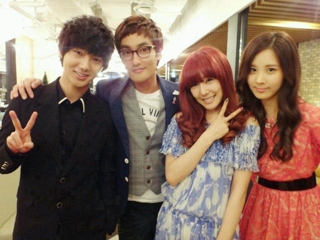 Tiffany y Seohyun se toman una foto con Kangta y  Yesung   de Super Junior Snsd+tiffany+seohyun+kangta+yesung