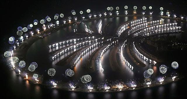 Грандиозное шоу фейерверков на сети искусственных островов Палм Джумейра отметило приход 2014 года в Дубае, ОАЭ.