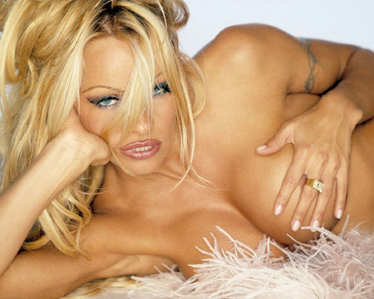 http://3.bp.blogspot.com/-v2q63pTdtWs/TrIr0Z_zpZI/AAAAAAAADSc/mD9PII7_fRg/s1600/Pamela_Anderson_106_1280x1024_International_Model_Sexy_Wallpaper2011.jpg