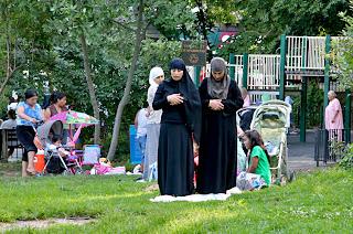 Muslimah shalat di taman.